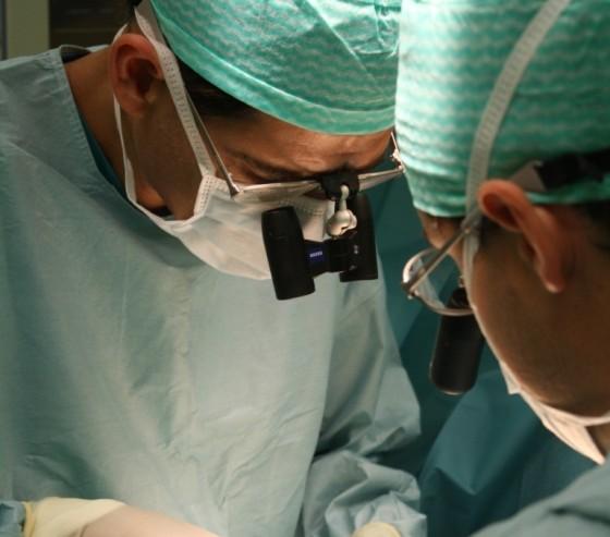 El Dr. Del Piñal en quirófano